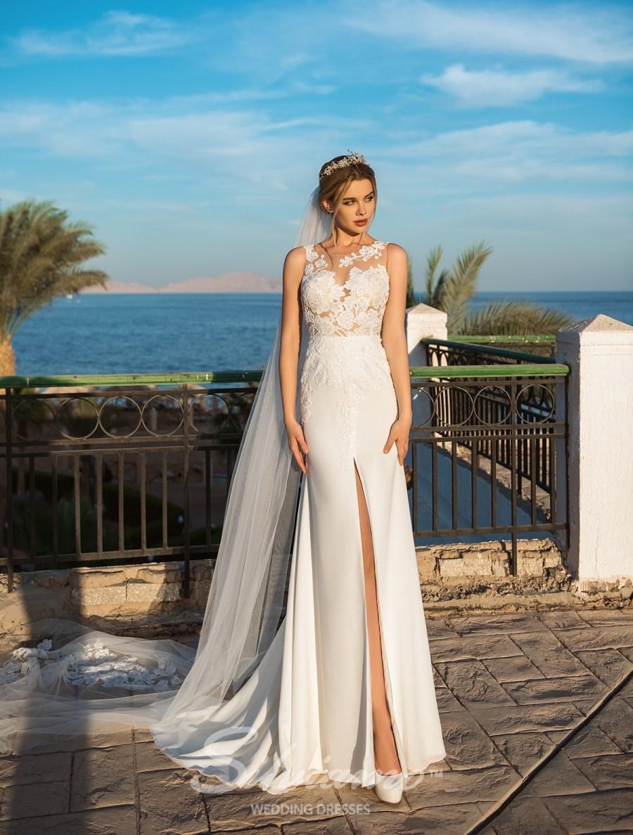 Весільне плаття з розрізом