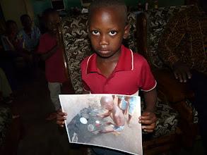 Photo: en 2010, ce jeune voisin jouait sur une géniale batterie faite de boîtes de conserve ; nous lui apportons sa photo et une surprise.....