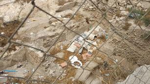 Basura y restos a los pies de la Alcazaba.