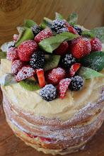 Photo: Naked cake de vainilla y frambuesas - http://cookthecakeblog.blogspot.com.es/2014/08/naked-cake-para-celebrar-mi-cumpleanos.html - Ana Maria