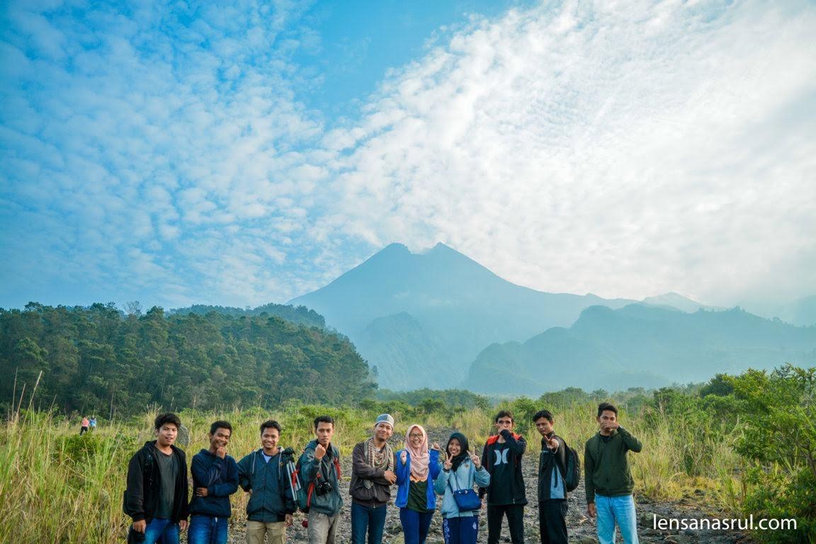 Foto bareng di Gunung Merapi
