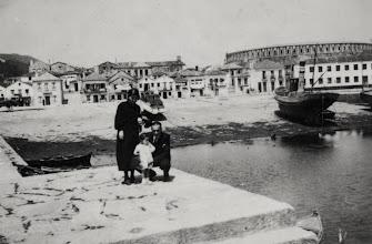 Photo: Peirao no remate do río Ghafos, parte xa moderna, ó fondo a Praza de Touros, Fábrica Pazó, Casas onde están Digna, Racha, ...