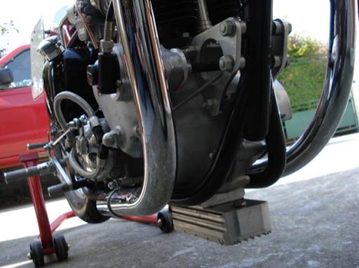 Montage spécifique du réservoir d'huile sur la Triumph Dragster construite dans les ateliers de Machines et Moteurs, spécialiste de la restauration de machines anglaises