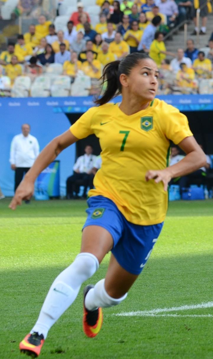 https://upload.wikimedia.org/wikipedia/commons/d/d6/Debinha_BRA_x_CAN_Rio_2016.jpg