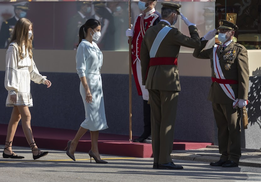 El vestido celeste de la reina ha causado furor.