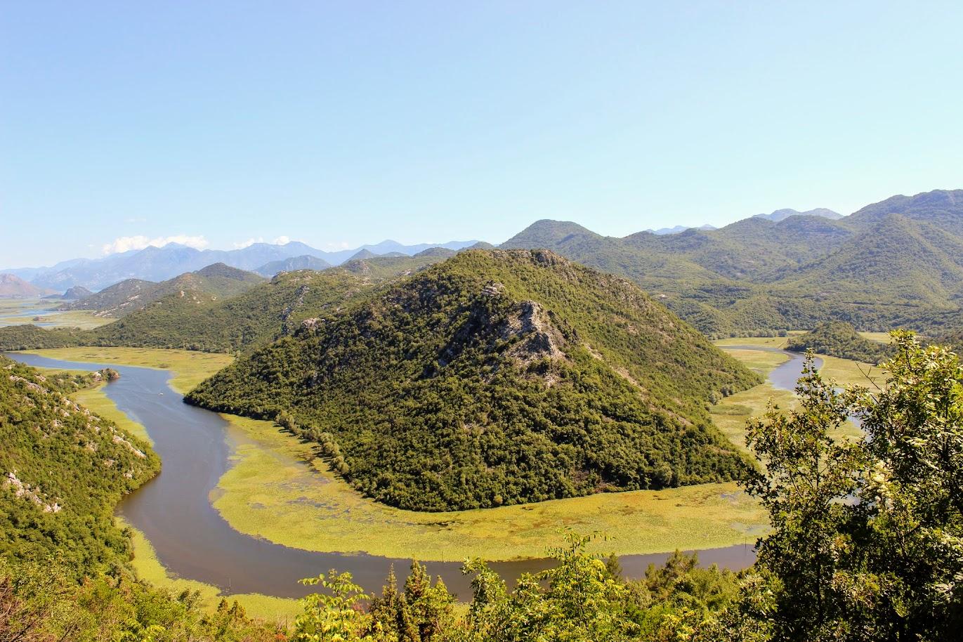 Риека Црноевича - вид на реку, опоясывающую гору
