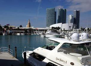 Photo: Pien(?)veneitä Miamissa, taustalla suippokärkinen Freedom Tower