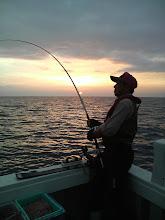 """Photo: 釣り吉""""戸田さん""""も夕陽をバックにヒット!"""