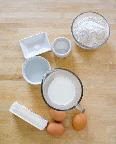 Một số nguyên liệu cần có để làm bánh su kem.