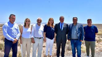 El delegado y la alcaldesa en los terrenos del Puerto Seco.