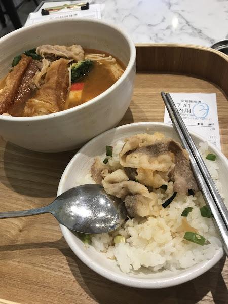 商業午餐感覺還好,牛骨湯很鹹,肉很少料很少,cp值很低 還要120元,但在東區捷運站附近很方便,適合小鳥胃的上班族