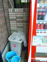 Photo: ・・・日が昇り、自販機のゴミ箱のフタが飛んだ。前回も飛んだ。飛ばないように固定してくれよー!コカコーラさん!