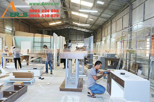 Hình ảnh thợ Aeros đang gia công sản xuất nội thất tại xưởng mộc