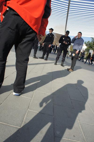 Photo: La policia, indentificant en Tomeu abans de començar