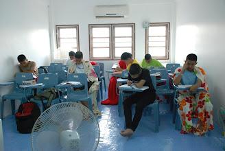 Photo: thaicadet ติวเตอร์เล็กๆ สำหรับกวดวิชาเข้าเตรียมทหารโดยเฉพาะ ... ถึงแม้สถานที่จะเล็กกระทัดรัด แต่คุณภาพการเรียนการสอนทางวิชาการขอยืนยันว่าแน่นปึ๊ก แถมเรายังเรียนกันด้วยบรรยากาศชิวๆ เมื่อหนาวเราจึงห่มผ้าไป เรียนไป :)  อารัมภบทเล็กน้อย ตอนนี้เข้าเรื่องเลยดีกว่าค่ะ ... ในวันหยุดยาว ๓ วันนี้ thaicadet ชวนน้องๆ มาอ่านหนังสือด้วยกันตั้งแต่เมื่อบ่ายและหัวค่ำของวันเสาร์ รวมถึงการฝึกพละศึกษาในช่วงเย็นของวันดังกล่าว  ส่วนในวันนี้ยังคงมีการเรียนอย่างเข้มข้น แต่ยังปล่อยให้น้องได้พักผ่อน (แกมบังคับ) ด้วยการให้อ่านหนังสือร่วมกันในชั้นเรียน  สำหรับเย็นนี้ถ้าฟ้าฝนเป็นใจ น้องๆ จะได้วิ่งรอบสนาม ๑๐ รอบกันค่ะ // พี่แอดมิน  12 สิงหาคม 2555