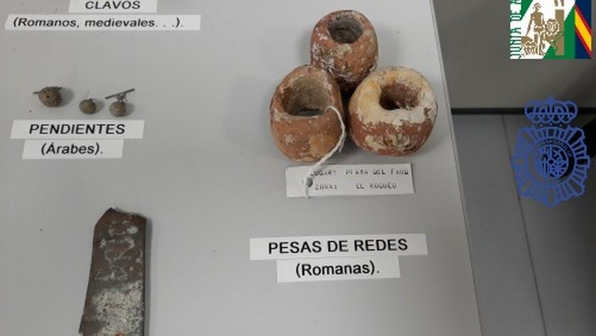 Algunas de las piezas incautadas al varón en Roquetas de Mar.