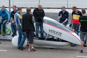 Photo: De presentatie van de Velotilt trekt behoorlijk wat bekijks.
