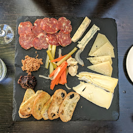 Charcuterie & fromages by Mircea Popoveniuc - Food & Drink Meats & Cheeses ( fromage, restaurant, appetizer, charcuterie, cheese )