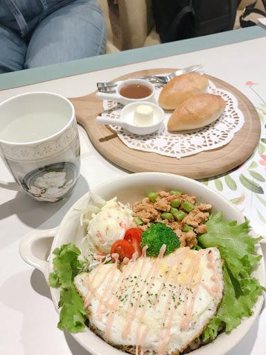 用餐環境真的非常舒服 服務品質良好 裝潢很漂亮 一切都很讓人滿意! 價位稍微偏高 但食物的確非常的精緻💕