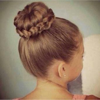 petite fille de dos avec une coiffure chignon tressé
