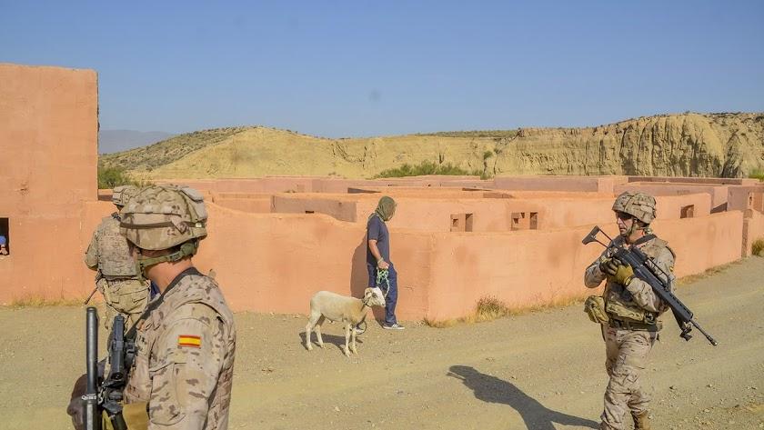 """Ejercicio en el """"poblado afgano"""" del campo de maniobras"""