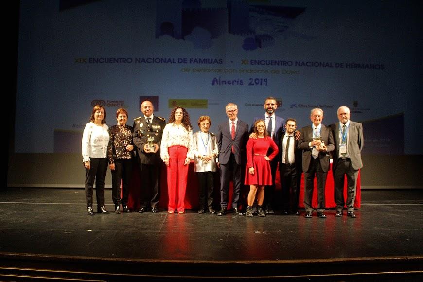 El ministro, la consejera, el alcalde y los presidentes de DOWN España y Almería con los premiados.