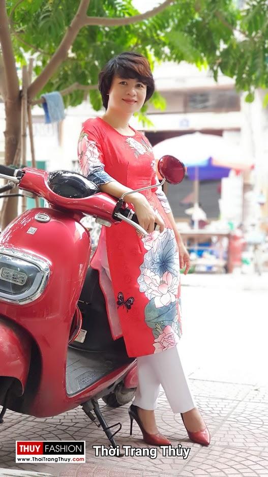 Áo dài cách tân vải gấm hoa sen màu đỏ thời trang thủy thái bình
