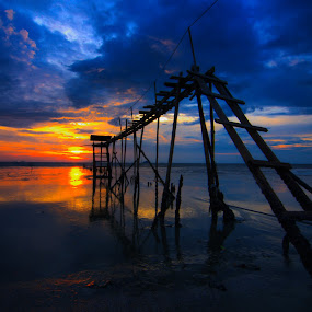 into the sun by Faareast Mk - Landscapes Sunsets & Sunrises ( sunset, pump, pwcsunbeams-dq, malaysia, object, sun )