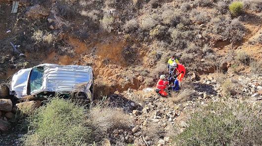 Una conductora salva milagrosamente la vida al 'volar' a un barranco en Almería