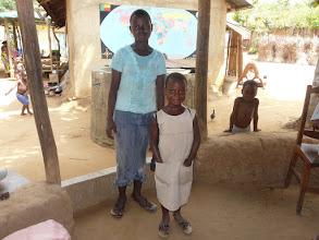 Photo: En tenue kaki, Nicole rentre de l'école. Ici avec sa grande soeur orpheline aussi bien-sûr.