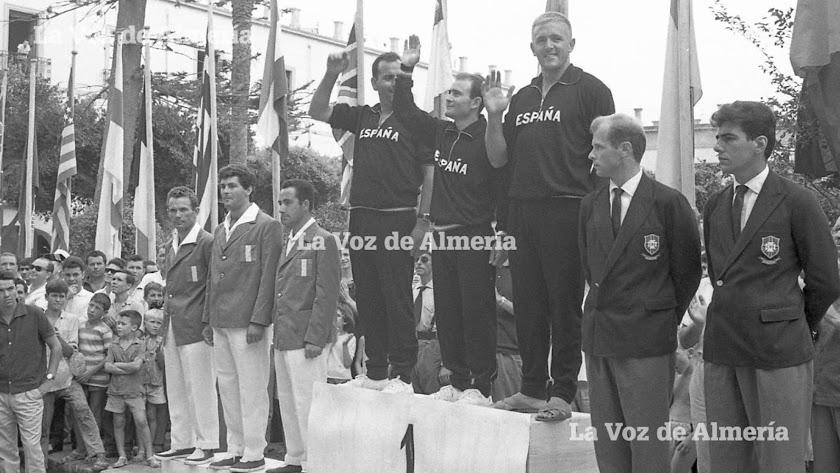 Los vencedores del campeonato en el pódium que se montó en la Plaza Vieja. A la izquierda se ven algunos niños del barrio.