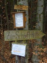 """Photo: Route: Pkpl. Rastbank (648m) - (Forststr. o.M., dann blau) - Matraswarte/Schöpfl (893m) - Schöpfl Schutzhaus (871m; Mittag) - Matraswarte - Mitterschöpfl (882m) / Leopold Figl Observatorium (o.M.) Rastbank +++ Ausgeschrieben von Franz +++ Mit dabei waren Franz&Uschi, Gerhard, Alfred, Heidi, Erwin&Helene, Christian&Marlies, Heinz und Elfi R. und Herbert +++ Das Wetter war mild, mittags zieht eine Regenfront durch, danach ideales Wanderwetter; am Pkpl. ureisig +++ HL: Nachmittags traumhaftes Licht und unglaubliche Fernsicht bis Tote Gebirge (Gr. Priel, Spitzmauer >145 km) +++ FG mit Erwin&Heli  Schon beim Parkplatz """"Rastbank"""" (diesmal ureisig =:-) ) sind die Öffnungs-zeiten der Schöpflhütte ausgeschildert."""