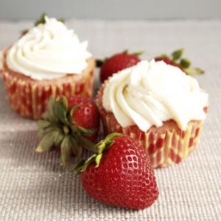 Strawberry Cupcakes with Vanilla Buttercream #SundaySupper