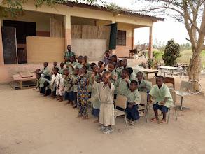 Photo: qui vont en classe dans un bâtiment neuf, longtemps inutilisé, restauré, qui profite aussi aux enfants des alentours