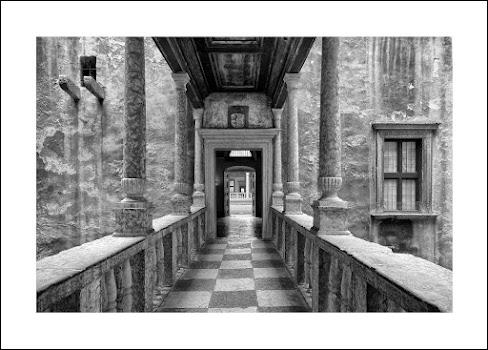 z/w foto van 'marmeren' huis met balkon met vele grijstinten
