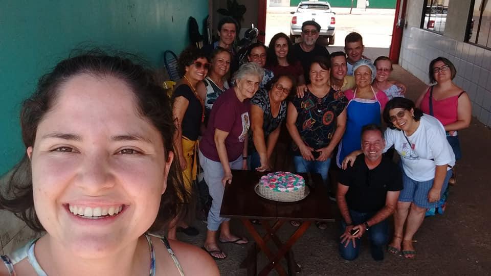 A imagem pode conter: 17 pessoas, pessoas sorrindo, pessoas sentadas