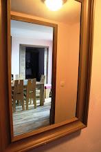 Photo: Vue depuis un miroir sur le salon