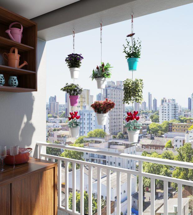 Varanda com móvel de madeira e vasinhos coloridos de plantas pendentes.