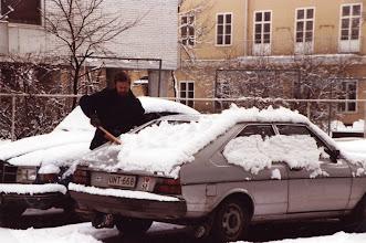 Photo: Ruotsista ostimme Passatin, jota Lasse tässä puhdistaa lumesta kevättalvella 1982 (Ruotsissa autolla ei juurikaan ajettu)
