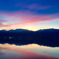 Tramonto rosso sul lago di
