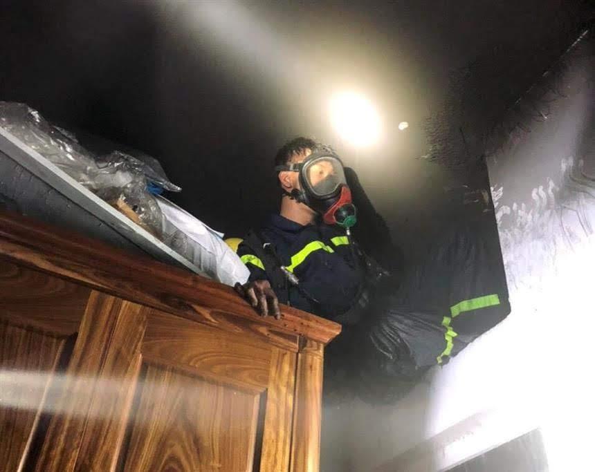 Lực lượng Cảnh sát PCCC&CNCH chữa cháy tại căn hộ 807, chung cư Sao Nghệ.