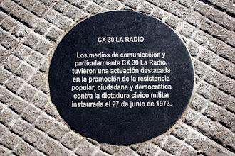 Photo: Marcas de la Memoria (3) CX30 La Radio, Director Germán Araújo. Plaza Independencia 846 (lado este, Palacio Salvo). Placa conmemorativa.