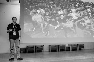 """Photo: Ambrosio @Ambros_Liceaga, animado por la moda actual en los mítines políticos, da la charla con parte del público a su espalda; los llamados """"muleros""""."""