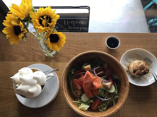 燻鮭魚沙拉 · 司康 · 招牌咖啡    燻鮭魚沙拉  簡單的生菜沙拉參雜了穀類,  額外搭配的油醋醬,  非常爽口。  生菜不會有討厭的苦味,  一口生菜一口燻鮭魚,  是個小享受。    司康(淋