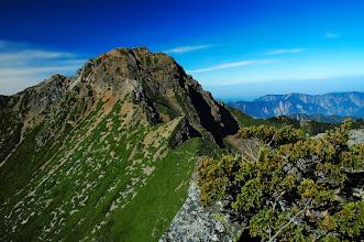 Photo: -- 玉山主峰 --  玉山主峰,海拔 3,952 公尺,位於本島中心,居南投縣信義鄉、高雄縣桃源鄉及嘉義縣阿里山鄉之交,臺灣百岳排名第一,也是東北亞第一高峰。 PS. 圖片中的玉山主峰,是在玉山東峰上所拍攝,因此與平常我們看到的玉山容貌有些不同。