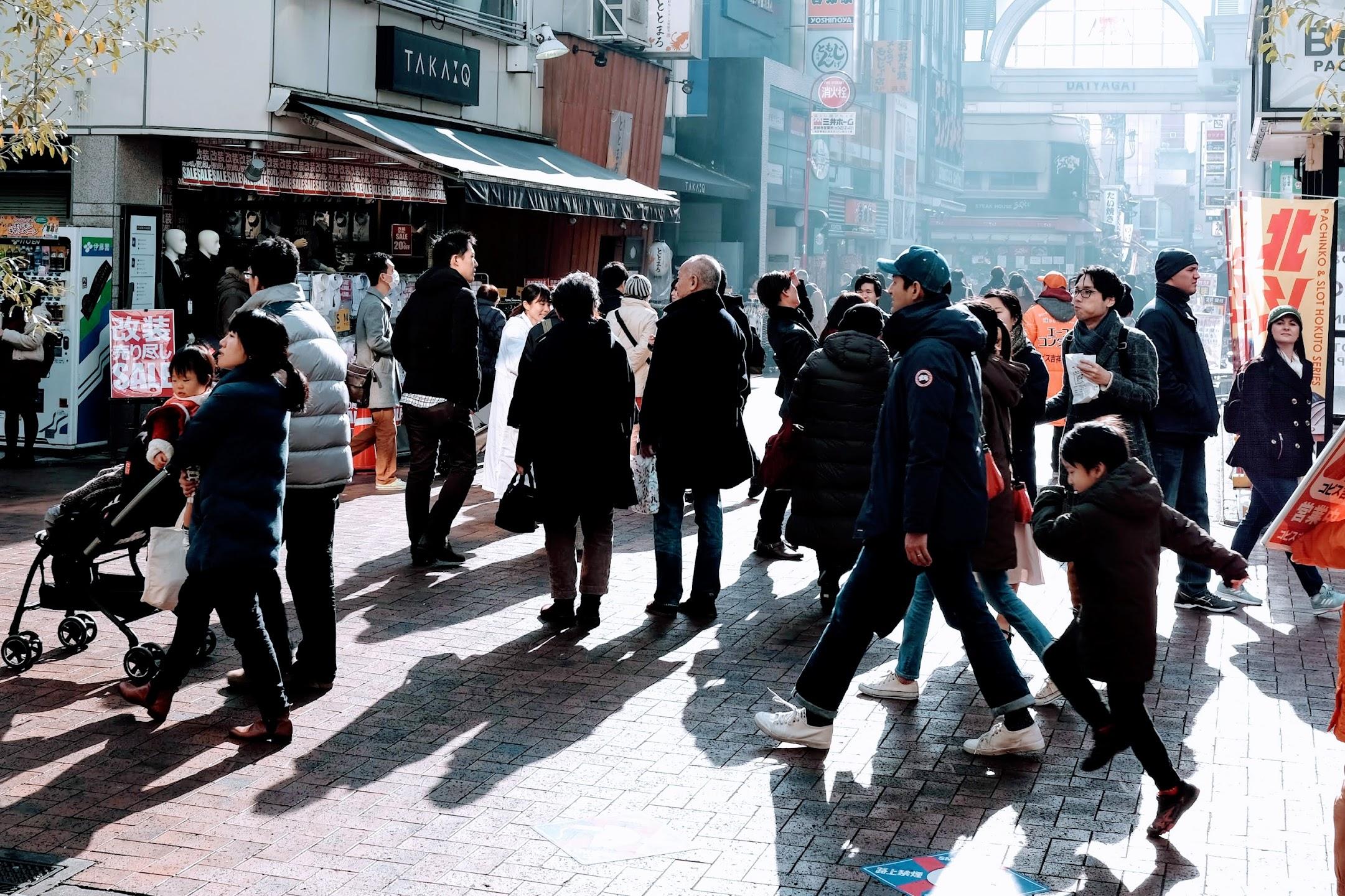 スナップ:年末の商店街を歩く人々