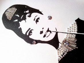 Photo: Colazione da Tiffany (Breakfast at Tiffany's)  30x60cm  Soggetto realizzato con stencil fatto a mano, colori acrilici spray, strass Swarovski grandi (tutti cuciti a mano), strass di cristallo, strass di resina e brillantini rossi su tela.  Subject made with handmade stencil with spray acrylic colours, large Swarovski rhinestones (all hand-sewn), crystal rhinestones, resin strass and red glitters on canvas.  DISPONIBILE  Per informazioni e prezzi: manualedelrisveglio@gmail.com