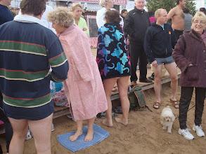 Photo: Le sable est très froid, Marie-Jo prévoyante !