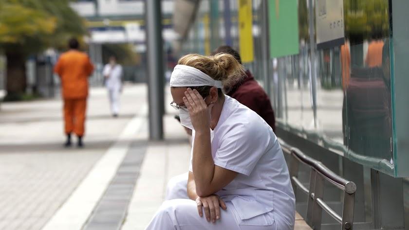 Una trabajadora sanitaria, protegida con una mascarilla en Madrid.