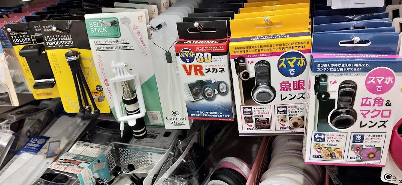 百均で扱っているカメラとしてのスマホに関するグッズ。外付け広角レンズもあり